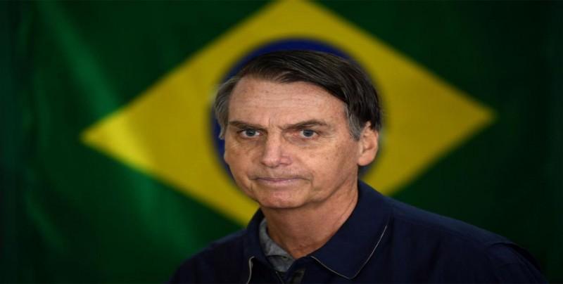 """Bolsonaro admite """"desconocimiento"""" y le deja la economía al ministro Guedes"""