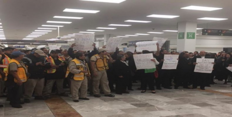Se manifiestan trabajadores en Terminal 1, Aeropuerto CDMX
