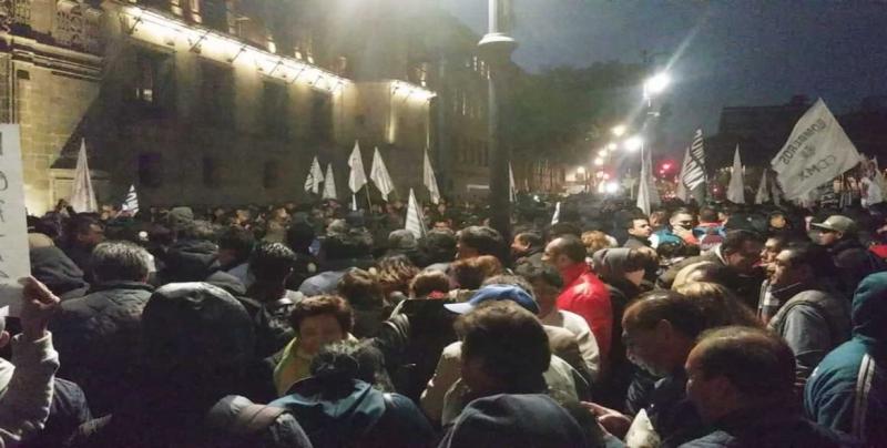 Miles se manifiestan en el Zócalo por despidos en Gobierno