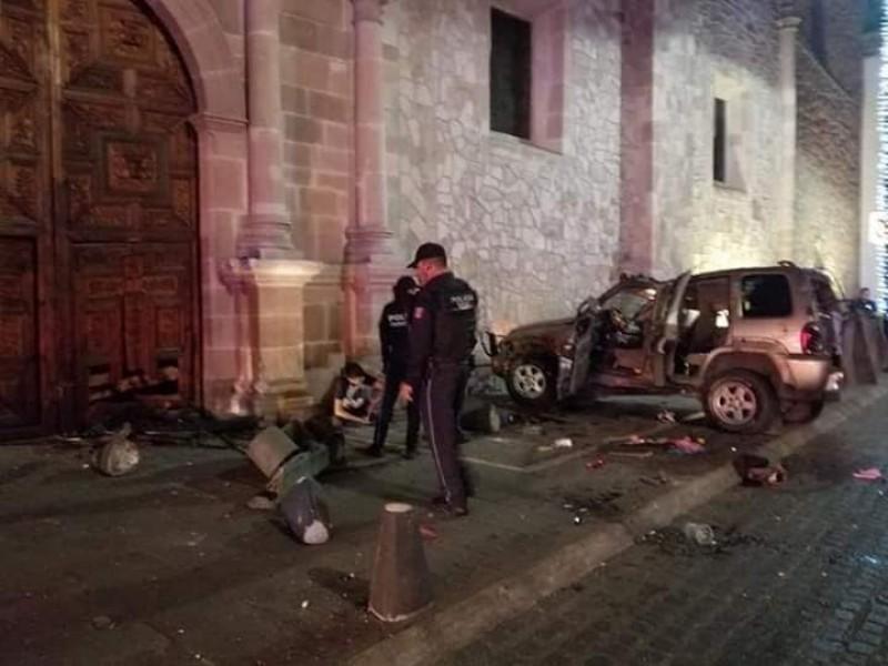 Joven ebrio choca y destruye puerta de una catedral con 300 años de antigüedad.