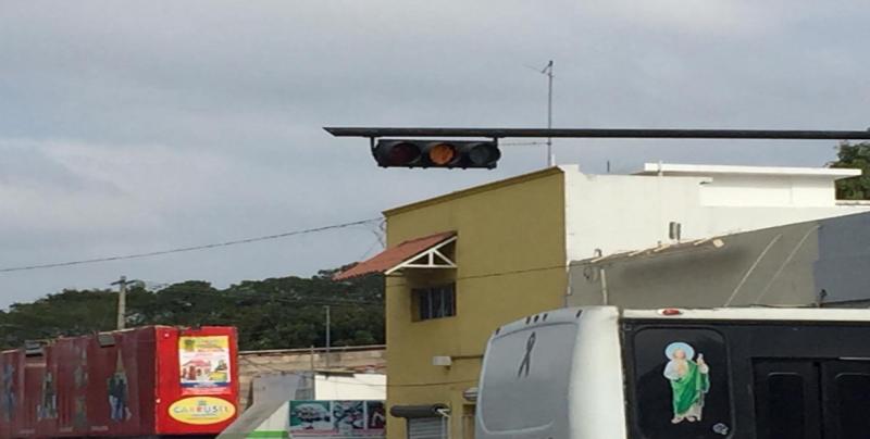 Semáforos generan confusión en Aquiles Serdán