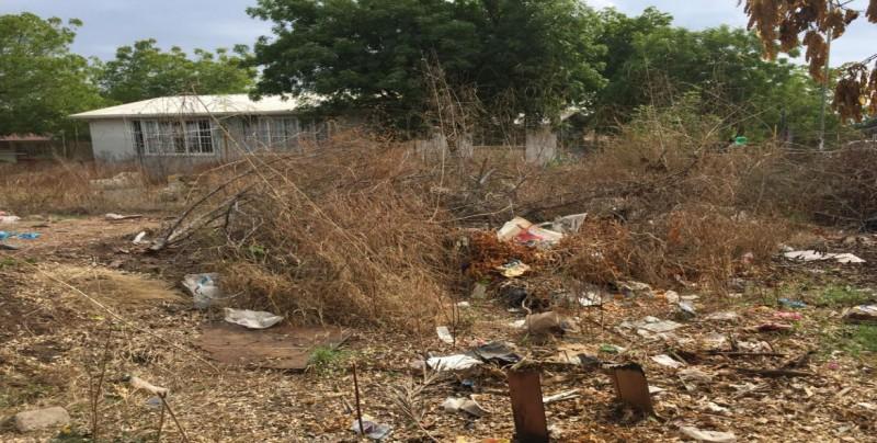 Lleno de basura lote baldío en Fraccionamiento Los Ángeles