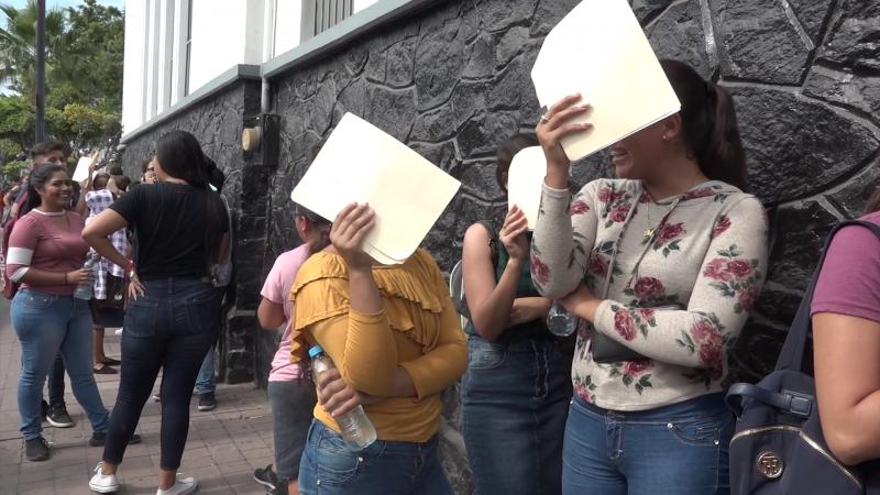 Estudiantes esperan turno para cobrar beca