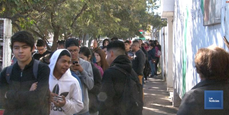 Largas filas por pagos de becas a estudiantes