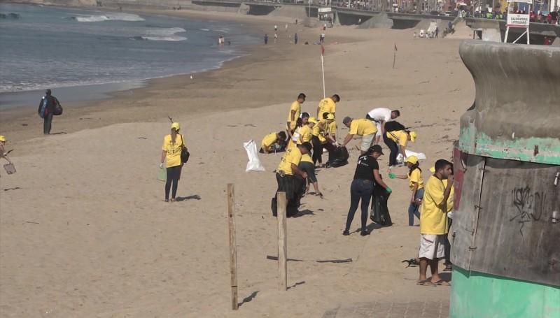Candidatas y candidatos del Carnaval limpian las playas mazatlecas
