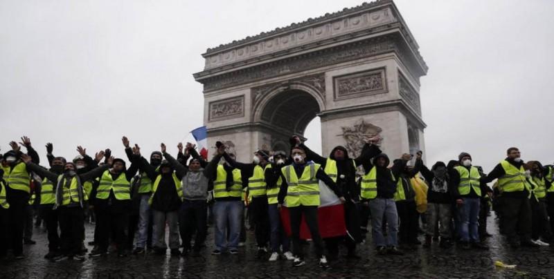 """Los """"chalecos amarillos"""" redoblan su pulso con protestas más numerosas"""