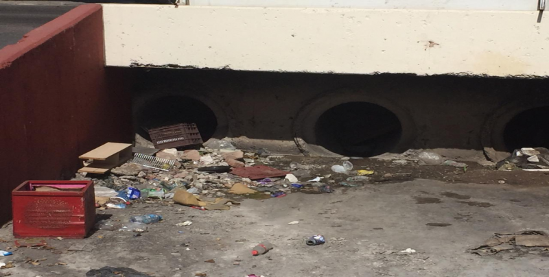 Arroyo se empieza a llenar de basura en la Benito Juárez