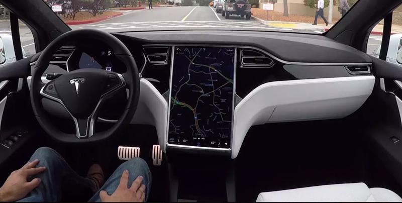 Conductor de Tesla duerme mientras tiene encendido el piloto automático