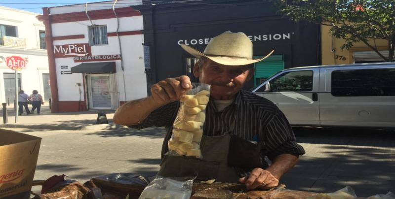 Adolfo Quintero vende caña desde hace 20 años en el mismo lugar de Culiacán