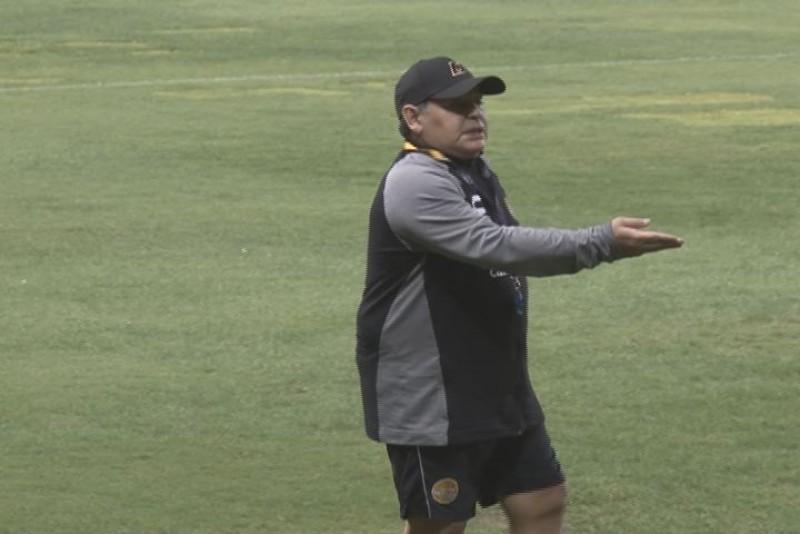 Diego Armando Maradona molesto por mal estado de la cancha