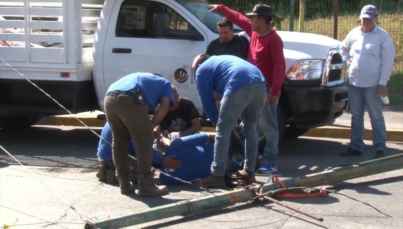 Por mal estado de un poste, trabajador de Cultura se cae y resulta lesionado
