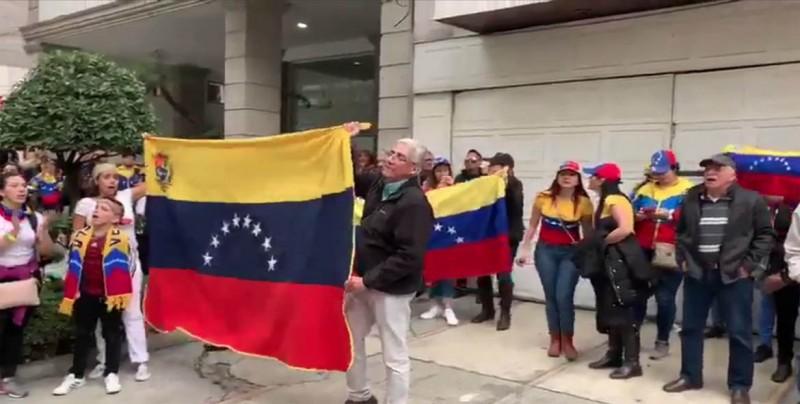 """Venezolanos en Guatemala se manifiestan por la """"libertad"""" y en apoyo a Guaidó"""