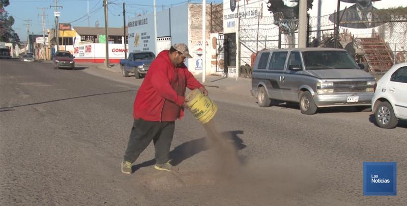Reparan los baches de la calle 300