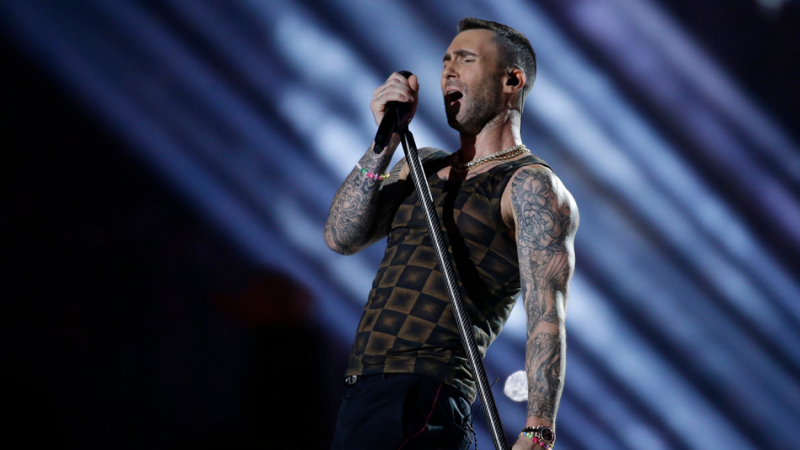 Adam Levine es comparado con estampados de muebles por camiseta que usó en Super Bowl