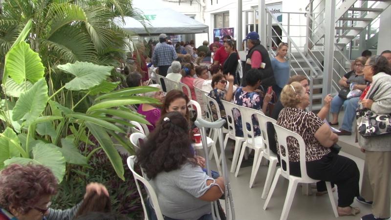 Entregan boletos gratuitos a personas discapacitadas y adultos mayores para el carnaval