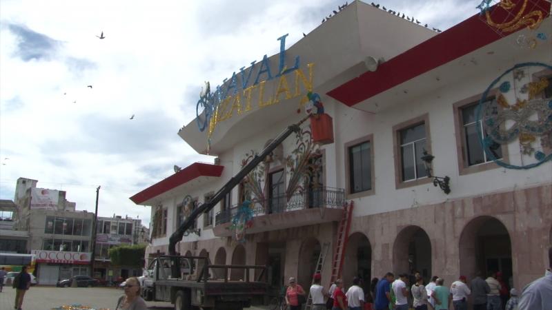 Decoraciones de carnaval en Palacio Municipal