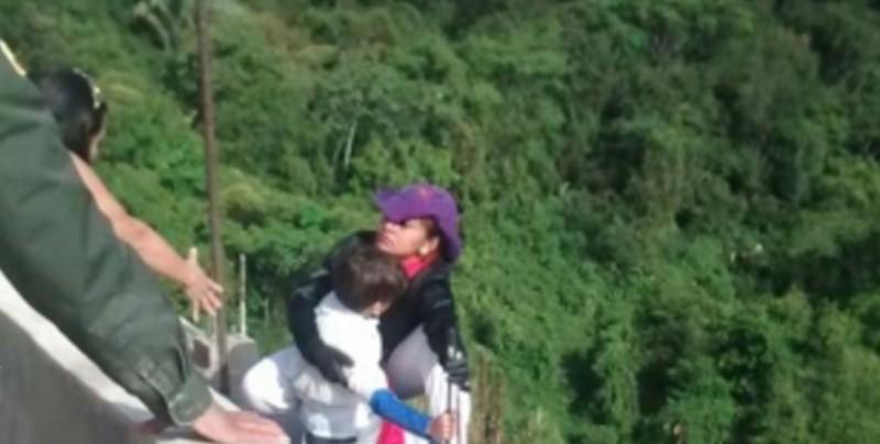Mujer se lanza de un puente junto con su hijo de 10 años