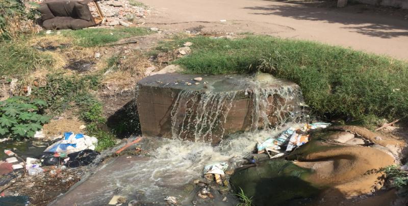 Fuga de drenaje en pleno arroyo en la Ampliación CROC