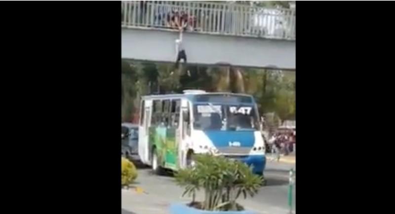 #Video Chofer salva a una mujer que pretendía arrojarse de puente