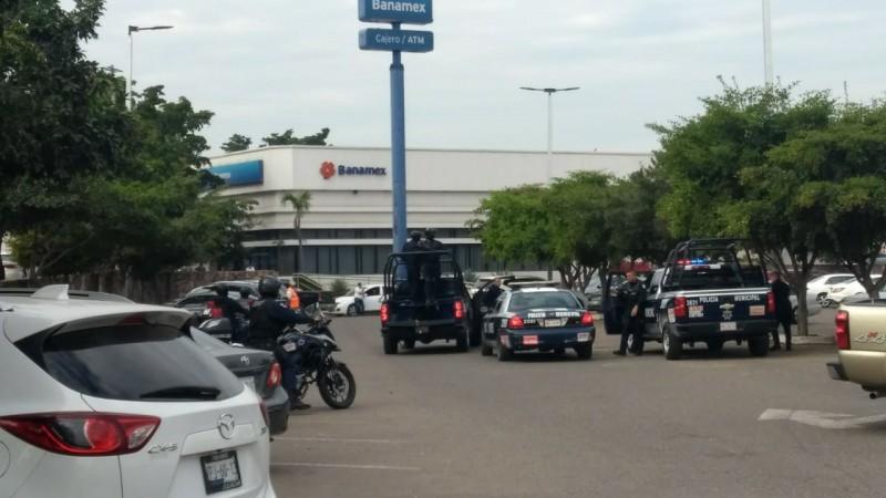 Asaltantes despojan  a cliente de banco  de su dinero y desarman a un Policía Municipal
