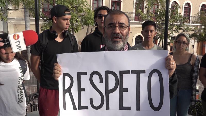 Alumnos de teatro protestan pacíficamente en busca de respuestas de las autoridades