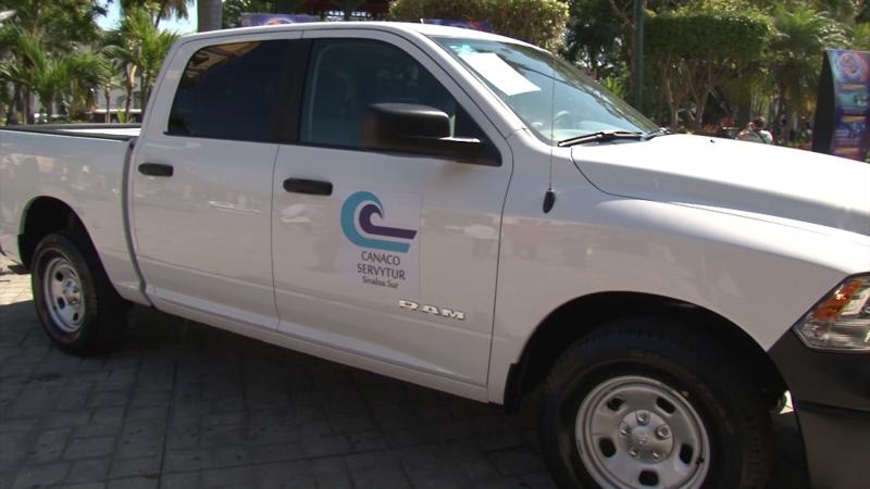 CANACO entregó dos camionetas al municipio