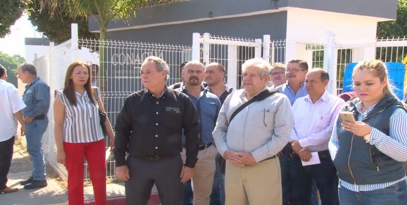 Nueva protesta de trabajadores despedidos de Conagua y anuncian que abordarán a AMLO
