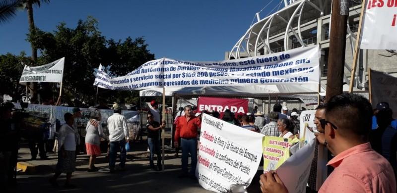 Le llueven las peticiones y protestas a AMLO en Mazatlán