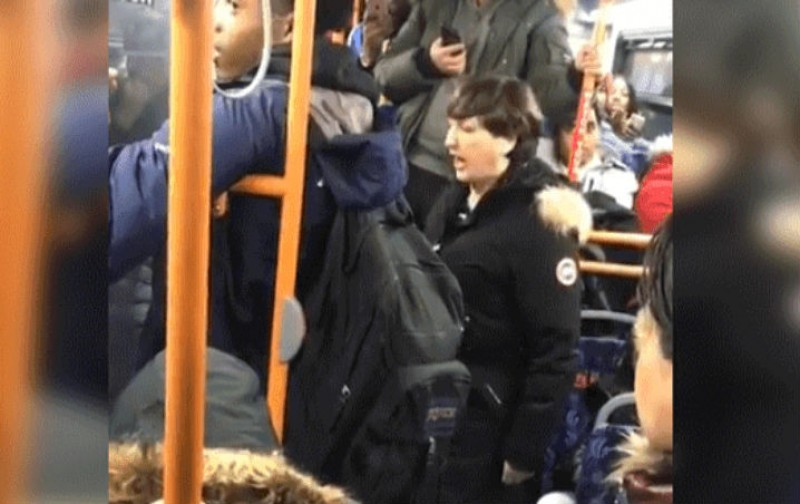 Mujer insulta y grita a hombres por la falta de caballerosidad en el metro de Canadá
