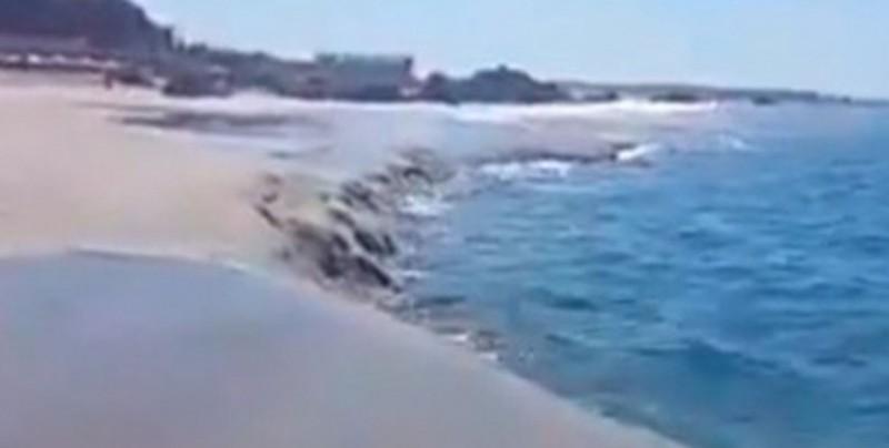 Captan impresionante momento en el que se hunde playa en Oaxaca