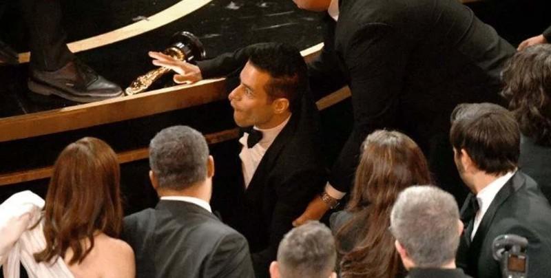 Rami Malek sufre caída tras recibir su Oscar