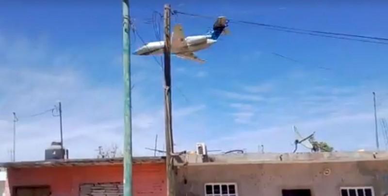 Captan a Jet vuela a escasos metros de las casas en Escuinapa