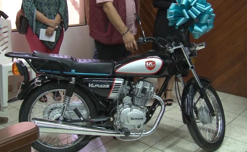 Anuncian a ganadora de una motocicleta rifada en este Carnaval