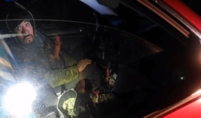 Mujer policía esquiva una bala y asesina a su agresor