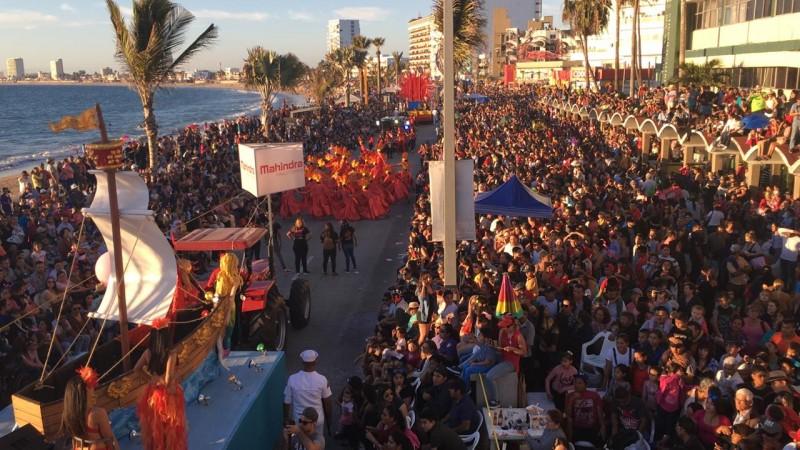 Primer desfile de Carnaval se vive con gran algarabía