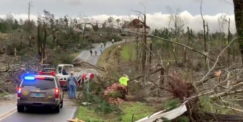 Aumentan a 23 los muertos por los tornados en el sur de EE.UU.