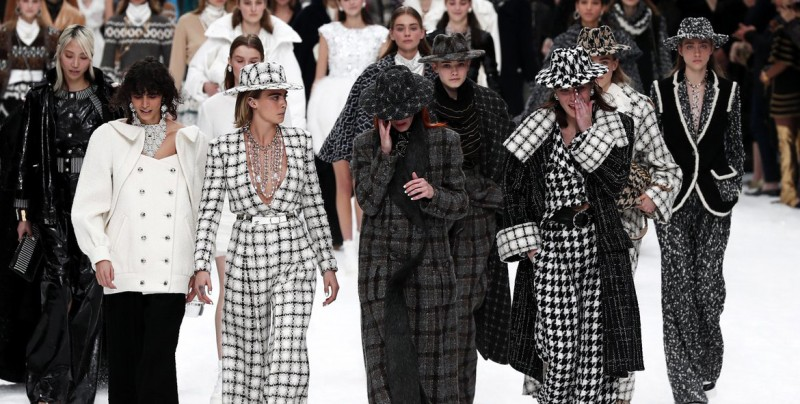 Chanel rinde homenaje a Karl Lagerfeld en su desfile