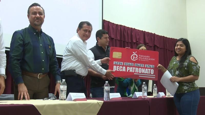 Patronato pro educación  entrega becas a estudiantes destacados