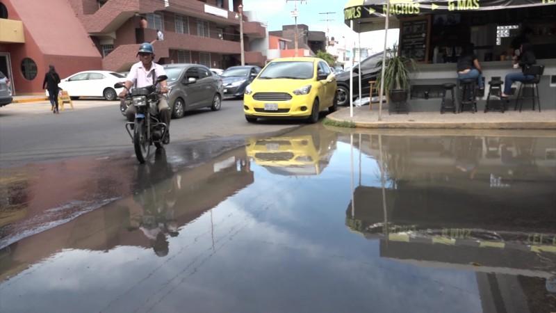 Tardan cuatro días en reparar mega fuga de agua en la Unidad Administrativa