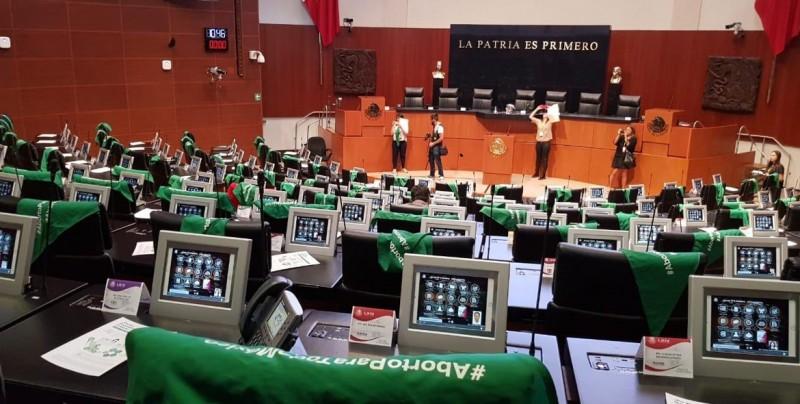 Trifulca en el Senado de México por los pañuelos verdes en favor del aborto