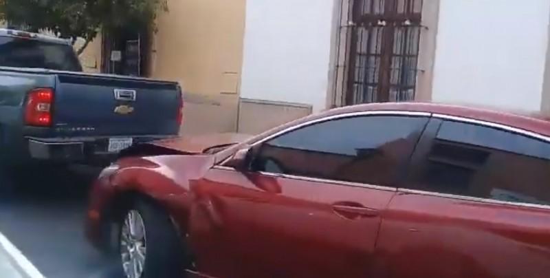 Mujer impacta su camioneta dos veces contra el auto de su esposo por infiel