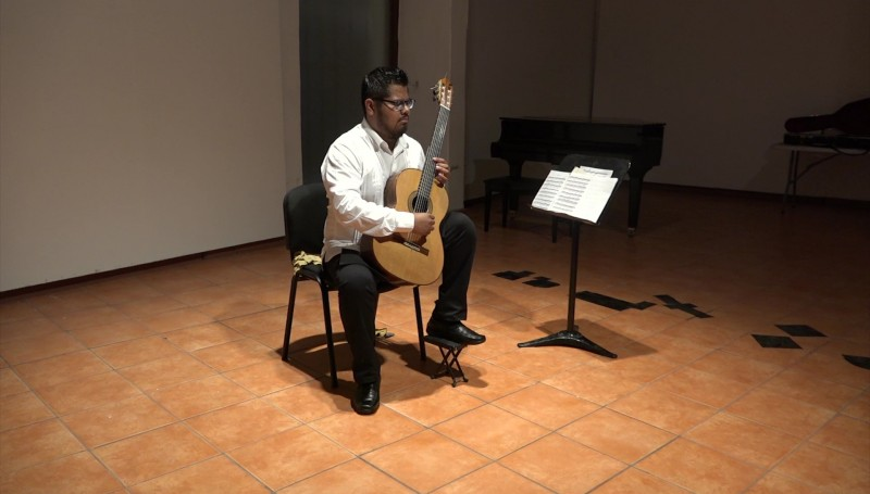 Enamora Carlos Martín Vásquez con su guitarra