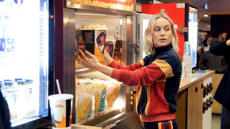 Brie Larson sorprende a fans vendiendo en la dulcería de un cine