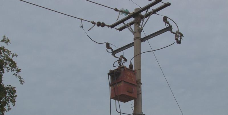 Se desmorona poste del servicio de energía eléctrica