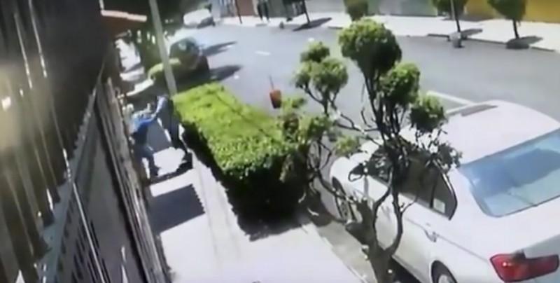 VIDEO: Ladrón se lleva una sorpresa al intentar asaltar a mujer en Azcapotzalco