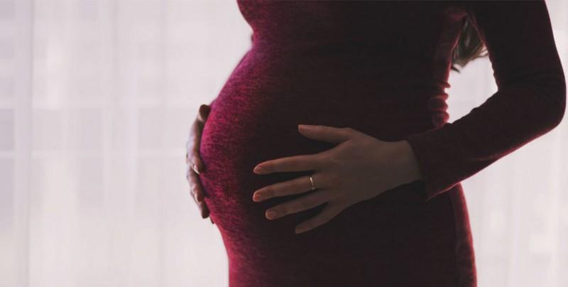 Mujer muere tras dar a luz siguiendo tutorial de YouTube