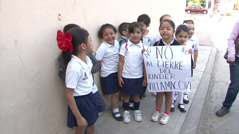 Padres se manifiestan ante posible cierre de jardín de niños