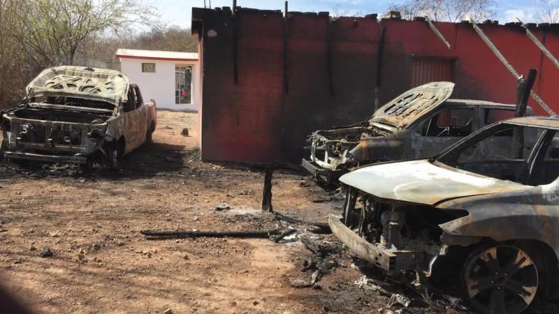 Prenden fuego a 3 vehículos en el poblado Comanito