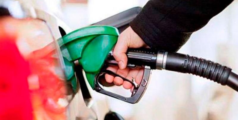 A partir de este sábado bajará el precio de la gasolina