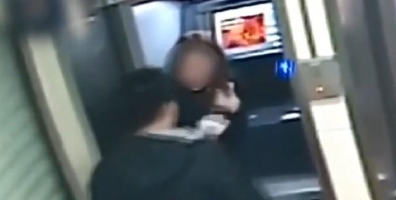 #Video Ladrón le devuelve dinero a su víctima después de checar su saldo en el cajero